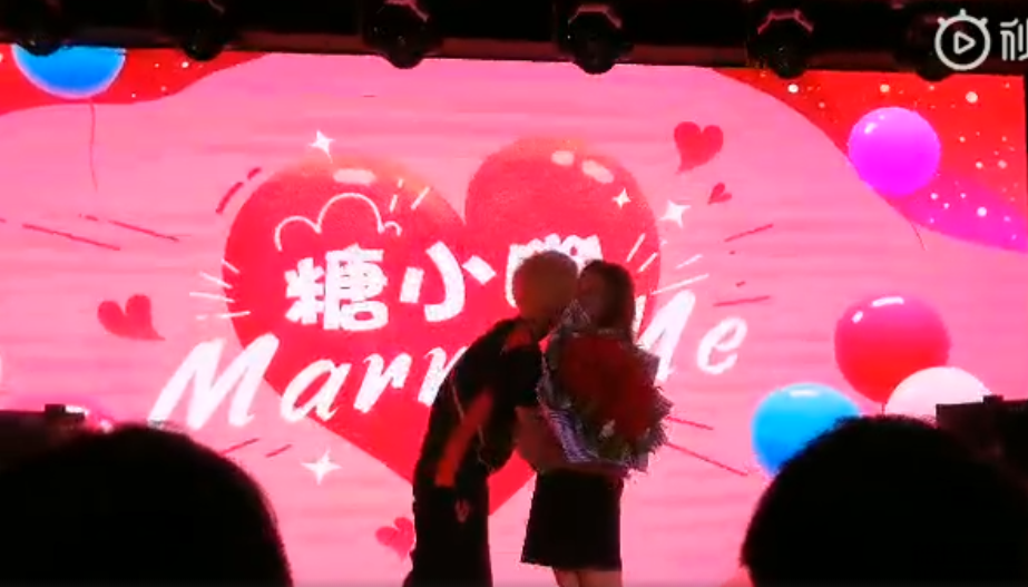 FPX周年庆典:Doinb现场求婚糖小幽成功!